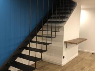 Fabrication escalier suspendu métal moderne - Montpellier - Ferronnerie Art Monia