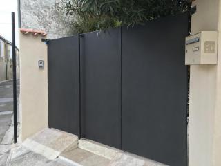 Fabrication de portail en acier plein 3 ouvrants dans le Gard à Nîmes avec clôture en fer plein
