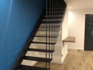 Escalier suspendu en tôle gris anthracite - maison neuve Montpellier (34)