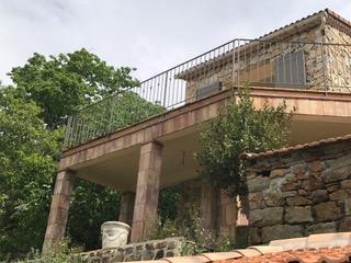 Vue d'ensemble de la rampe / garde-corps de terrasse en fer forgé