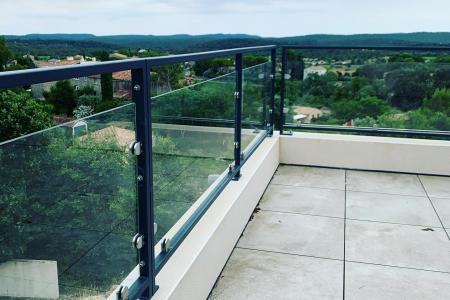 Création et fabrication de rampe en verre avec structure métallique à Montpellier (34)