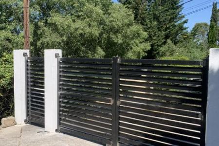 Création et pose de portail ajouré battant en acier à Caissargues (30)