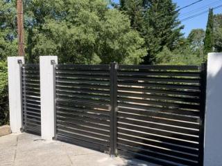 Fabrication d'un portail battant ajouré en acier noir - création ferronnerie Art Monia - Nîmes (30)
