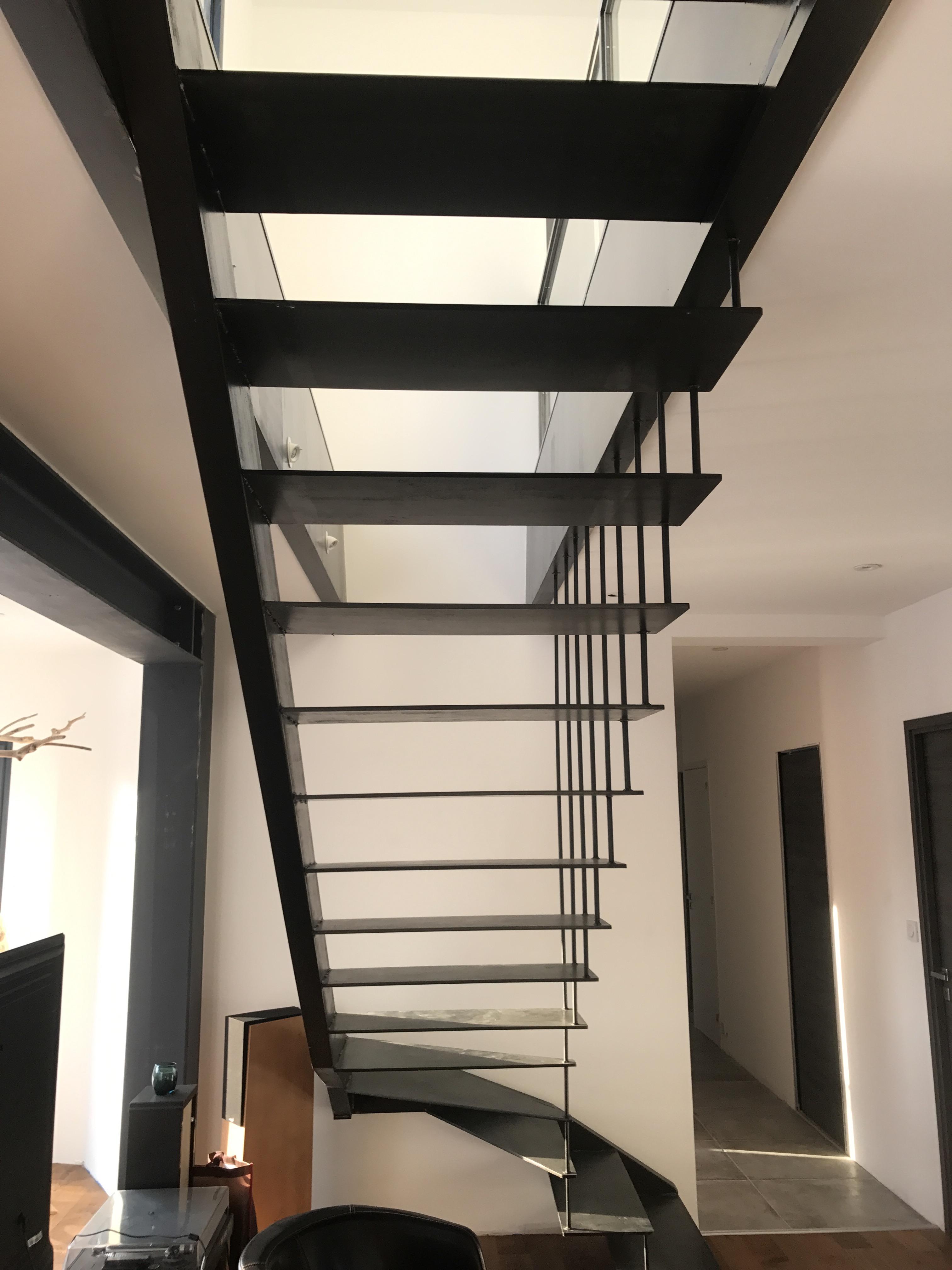 escalier m tallique int rieur quart tournant dans le gard uz s 30. Black Bedroom Furniture Sets. Home Design Ideas