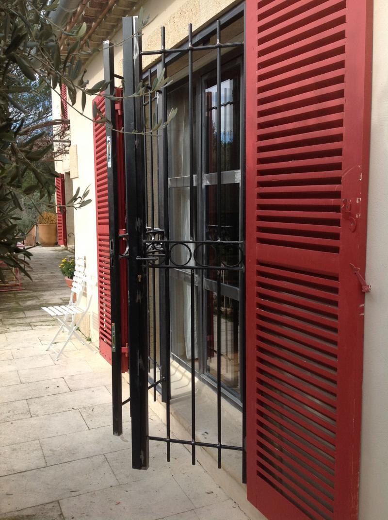 grille en fer dans le gard. Black Bedroom Furniture Sets. Home Design Ideas