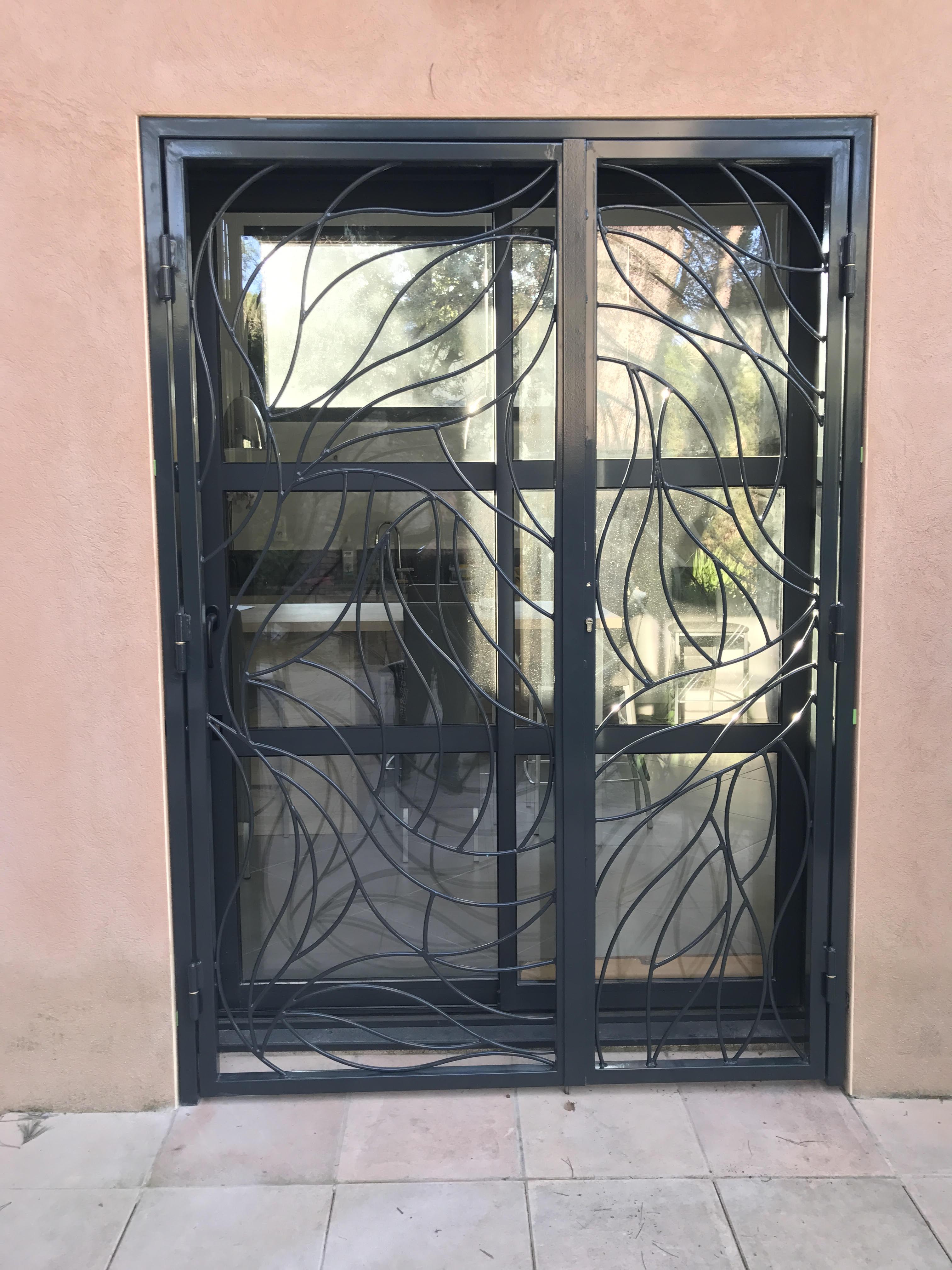 grille de d fense sur mesure en fer langlade dans le gard vente grille sur mesure. Black Bedroom Furniture Sets. Home Design Ideas