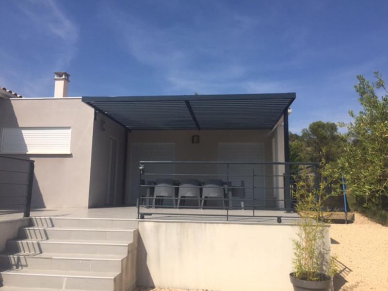 Pergola en fer contemporaine gard for Maison moderne gard