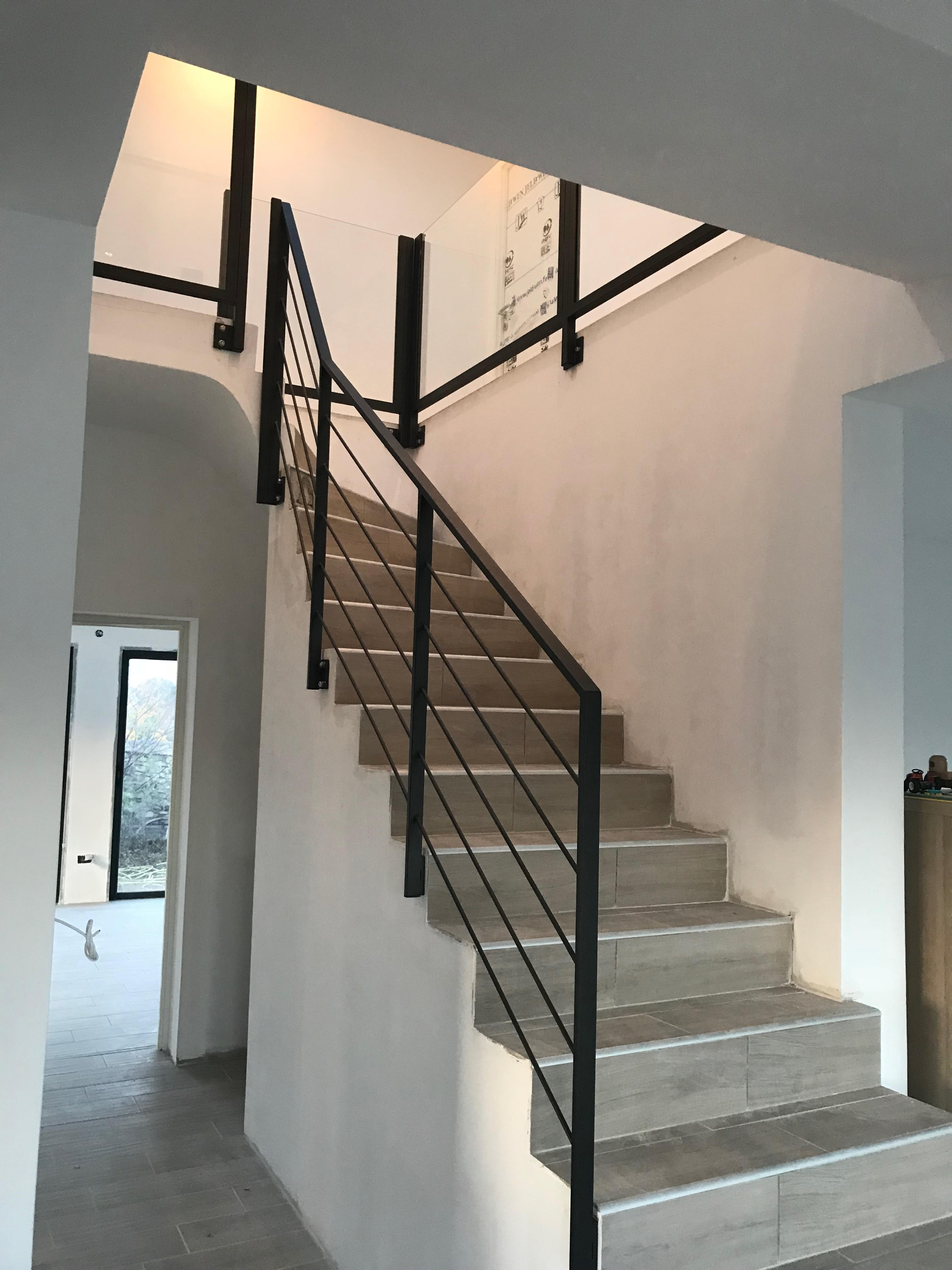 rampe en fer et garde corps en verre pour un int rieur du gard 30. Black Bedroom Furniture Sets. Home Design Ideas