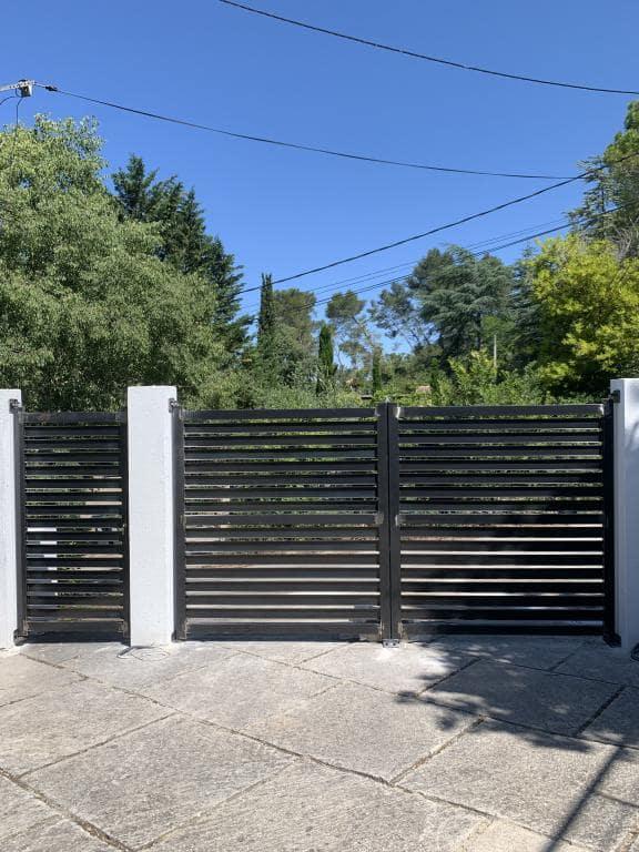 Fabrication ferronnerie pose de portail ajouré battant acier noir moderne - caissargues (30) Art Monia ferronnier artisan Nîmes